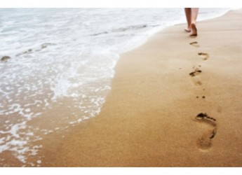 beneficios-de-caminar-descalzo-por-la-playa_qfrmv