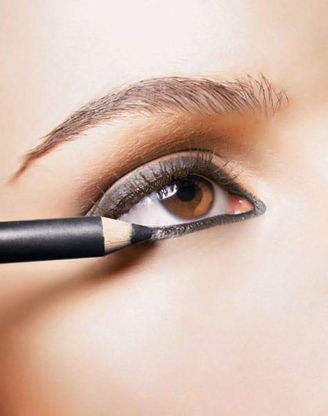 como-aplicar-delineador-de-ojos-correctamente_qhace