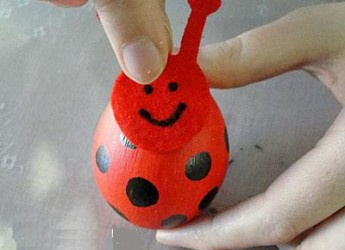 como-hacer-una-divertida-mariquita-con-un-huevo_3uew9