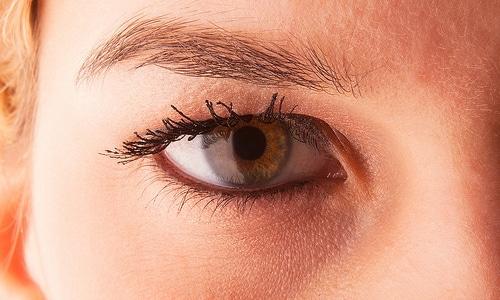 consejos-para-cuidar-la-piel-debajo-de-los-ojos_ex7az