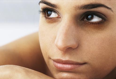 el-mejor-maquillaje-natural-para-los-circulos-oscuros-debajo-de-ojos_ypath