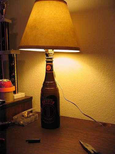 haz-un-pie-de-lampara-con-una-botella-de-vidrio_f678o