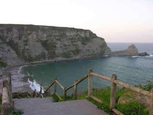 la-atractiva-localidad-de-langre-y-su-playa-al-pie-de-los-acantilados_qo3lf