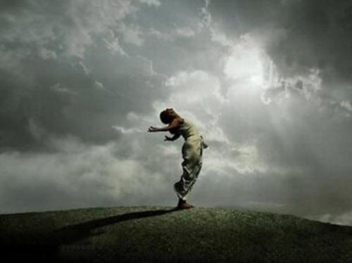mirar-hacia-delante-para-dirigir-nuestra-vida-con-confianza_vm0pk