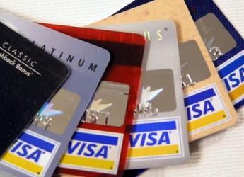 peligro-tarjeta-en-mano-mujer-gastando_136p2