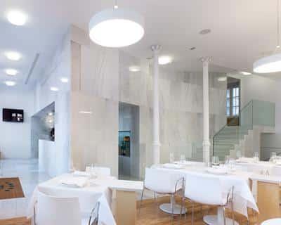 un-antiguo-palacio-con-una-moderna-decoracion-minimalista-el-hotel-pazo-de-altamira-santiago-de-compostela_j1v46
