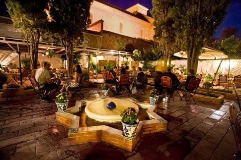 un-atractivo-local-de-comida-andaluza-el-restaurante-jardines-de-zoraya_5qkzv