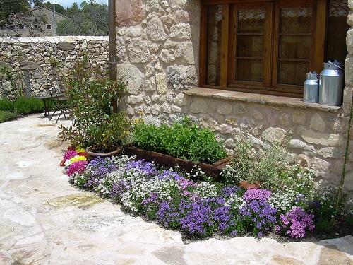 Un llamativo parterre para nuestro jard n for Como hacer un jardin rustico