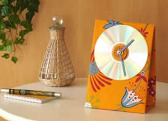 un-practico-reloj-hecho-con-un-viejo-cd_gi6pt