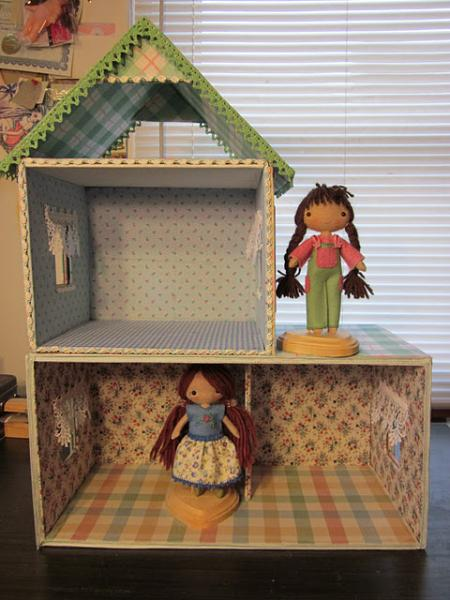 una-casa-de-munecas-hecha-con-carton_klpqa