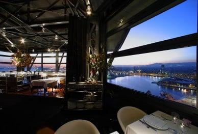 una-cena-de-altura-en-el-restaurante-torre-dalta-mar-de-barcelona_whfjb