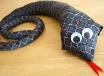 una-corbata-transformada-en-serpiente_5xq9o