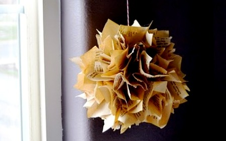 una-decorativa-esfera-hecha-con-papel-antiguo_sv9zr