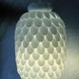 una-lampara-hecha-con-cucharas-de-plastico_pn5l3