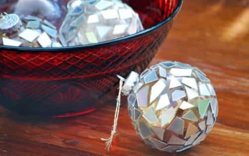 una-llamativa-bola-de-navidad-con-cds_osldg