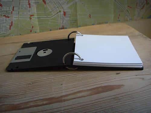una-util-libreta-de-notas-hecha-con-disquetes_6sugl