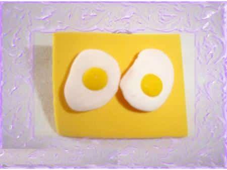 unos-huevos-fritos-como-pendientes_ang7y